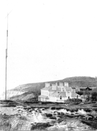 Fig. 4. 168-foot mast erected at the Royal Needles Hotel, Isle of Wight, 1897. From Tim Wander, Marconi on the Isle of Wight (self-published book, available at: 2mtwrittle.com/isleofwight [accessed 14 February 2014]).