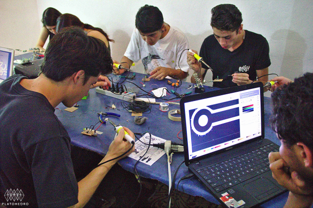 Protoboarding and Fritzing Software Workshop, 2015. Platohedro workshop held at Platohedro in Medellín, Colombia. CC BY-NC-SA 4.0.